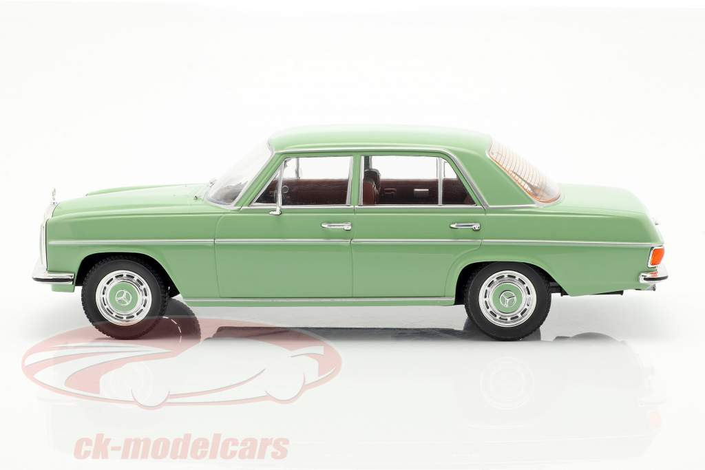 Mercedes-Benz 220D/8 (W115) Baujahr 1972 hellgrün 1:18 Model Car Group