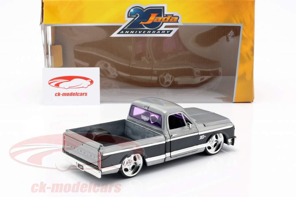 Chevy Cheyenne Pick-Up año de construcción 1972 plata / negro 1:24 Jada Toys