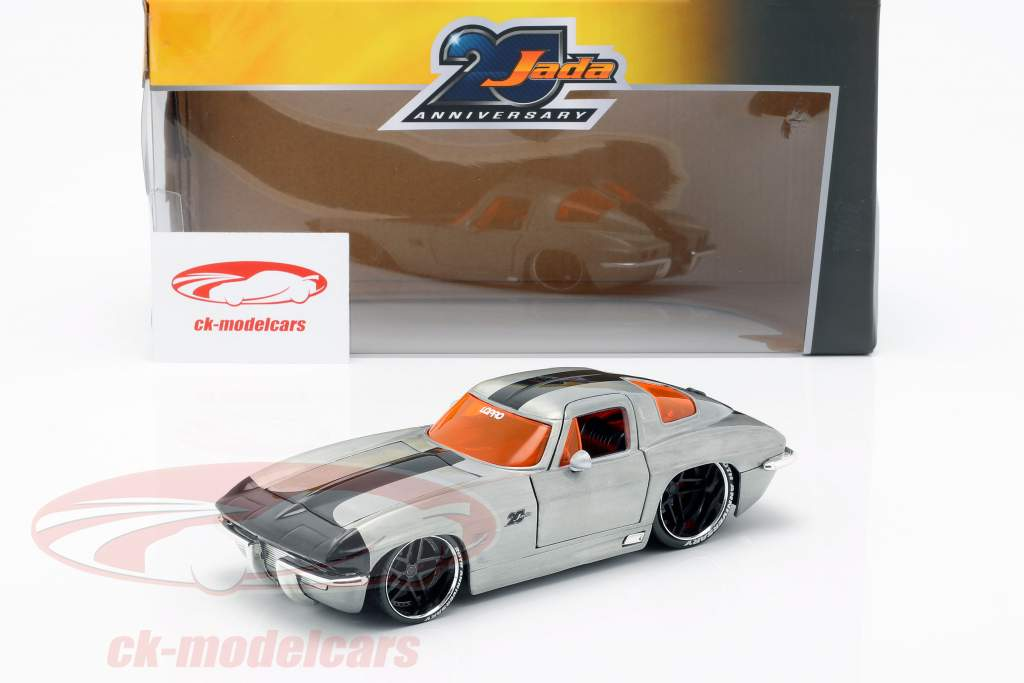 Chevy Corvette Stingray Baujahr 1963 silber / schwarz 1:24 Jada Toys