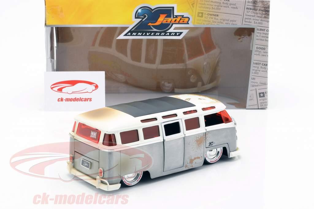 Volkswagen VW Bus año de construcción 1962 plata / blanco 1:24 Jada Toys