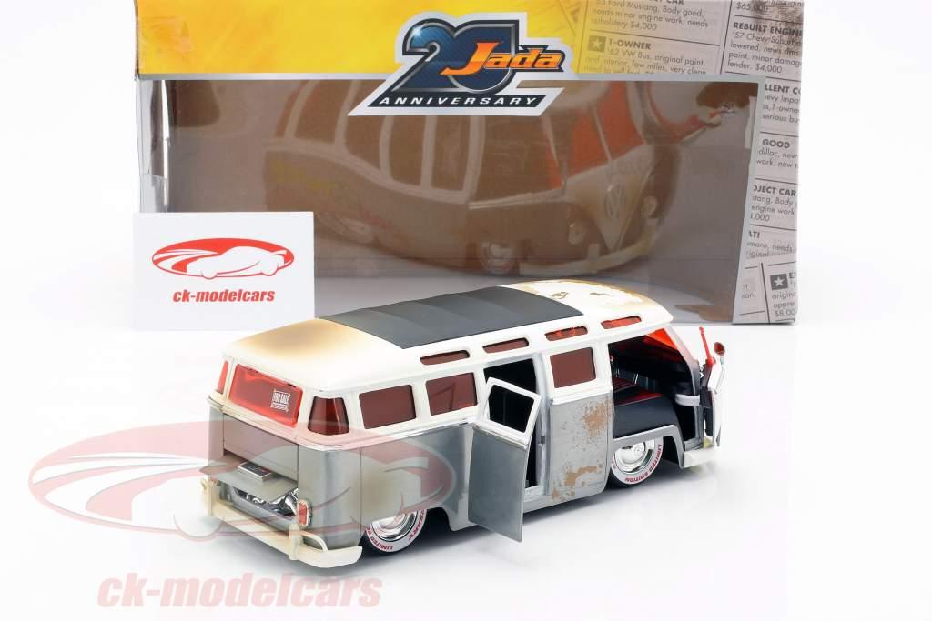 Volkswagen VW Bus année de construction 1962 argent / blanc 1:24 Jada Toys