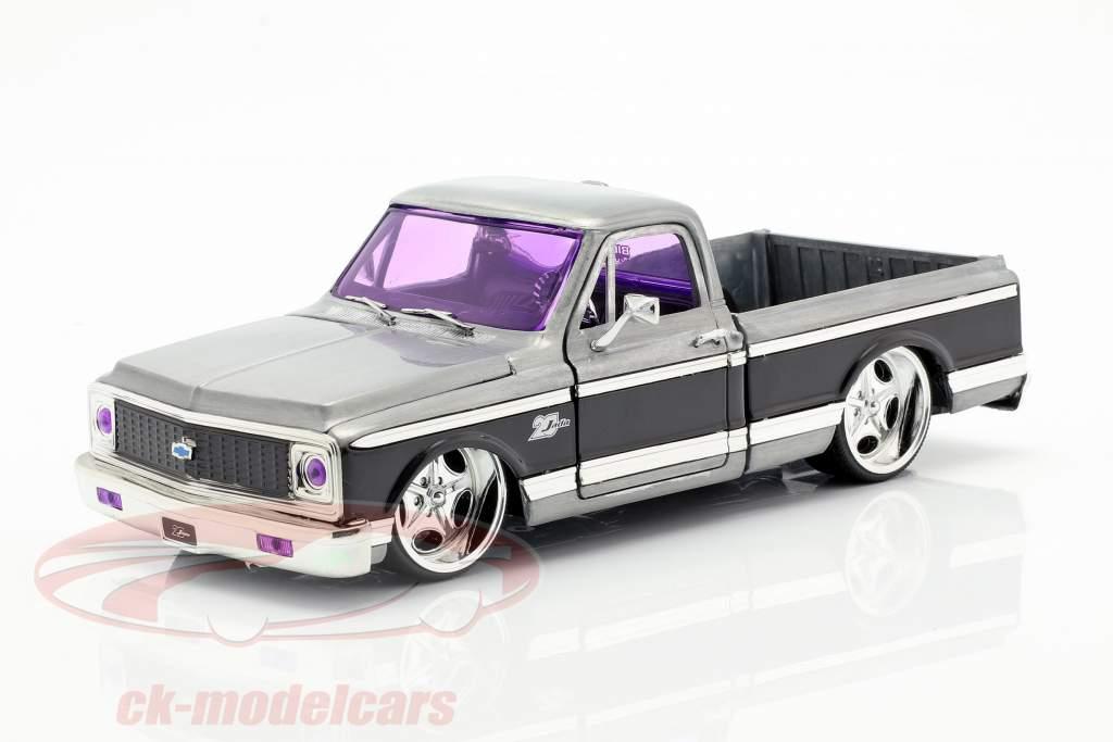 Chevy Cheyenne Pick-Up anno di costruzione 1972 argento / nero 1:24 Jada Toys