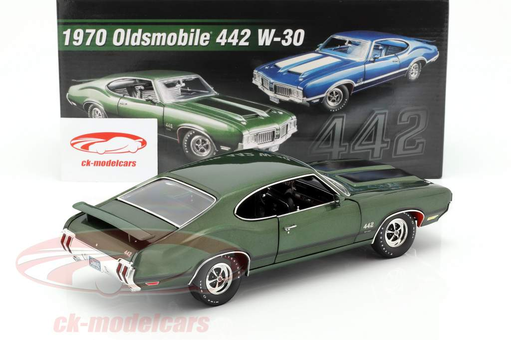 Oldsmobile 442 W-30 year 1970 green / black 1:18 GMP