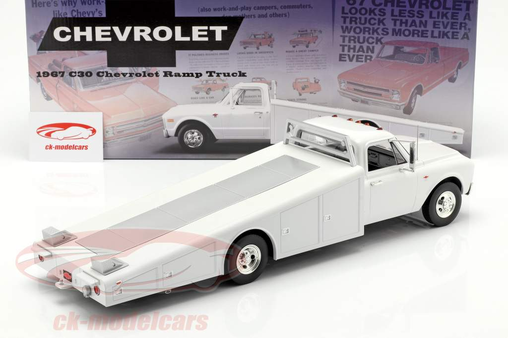 Chevrolet C-30 Ramp Truck Opførselsår 1967 hvid 1:18 GMP