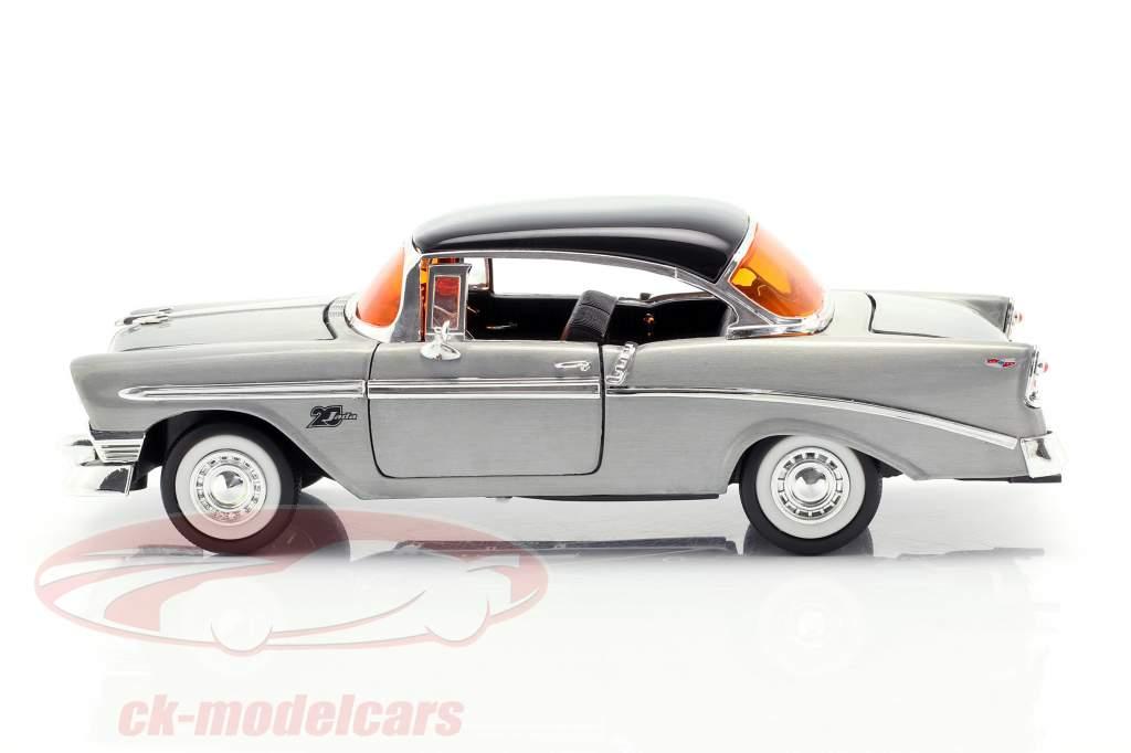 Chevy Bel Air Baujahr 1956 silbergrau / schwarz 1:24 Jada Toys