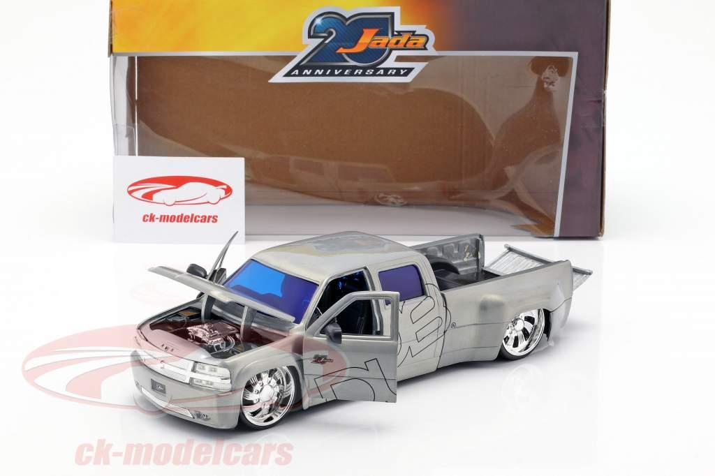 Chevy Silverado Dooley Pick-Up Baujahr 1999 silber 1:2