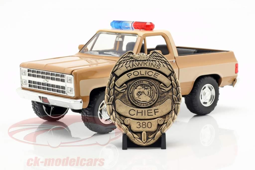 Hopper's Chevy Blazer avec insigne de police Série TV Stranger Things brun / beige 1:24 Jada Toys