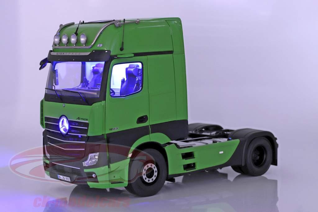 Set Mercedes-Benz Actros mit Lohr Autotransporter grün / silber 1:18 NZG
