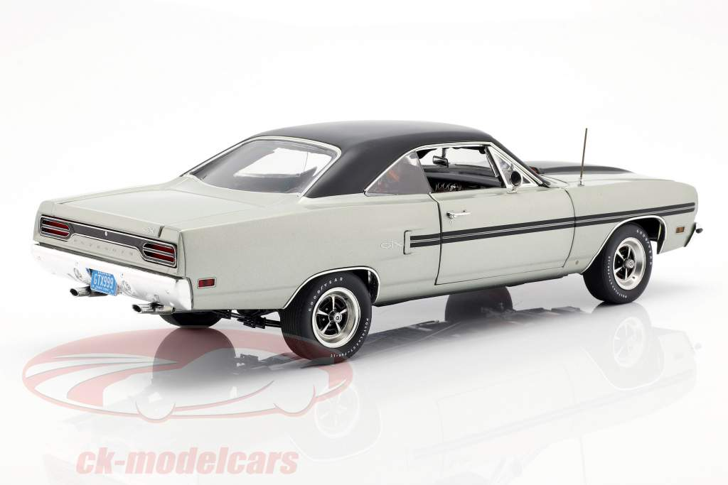 Plymouth GTX année de construction 1970 argent métallique / noir 1:18 GMP