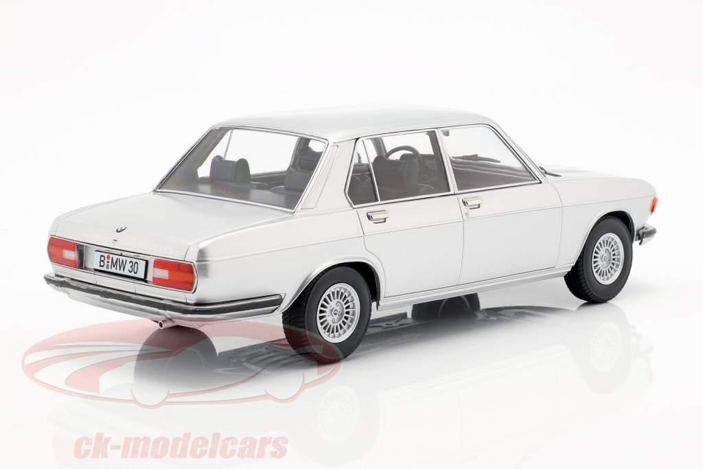 BMW 3.0S E3 serie 2 Opførselsår 1971 sølv 1:18 KK-Scale