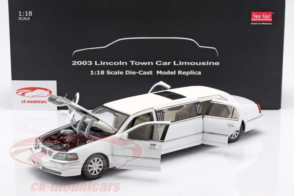 Lincoln Town Car Limousine Bouwjaar 2003 wit 1:18 SunStar