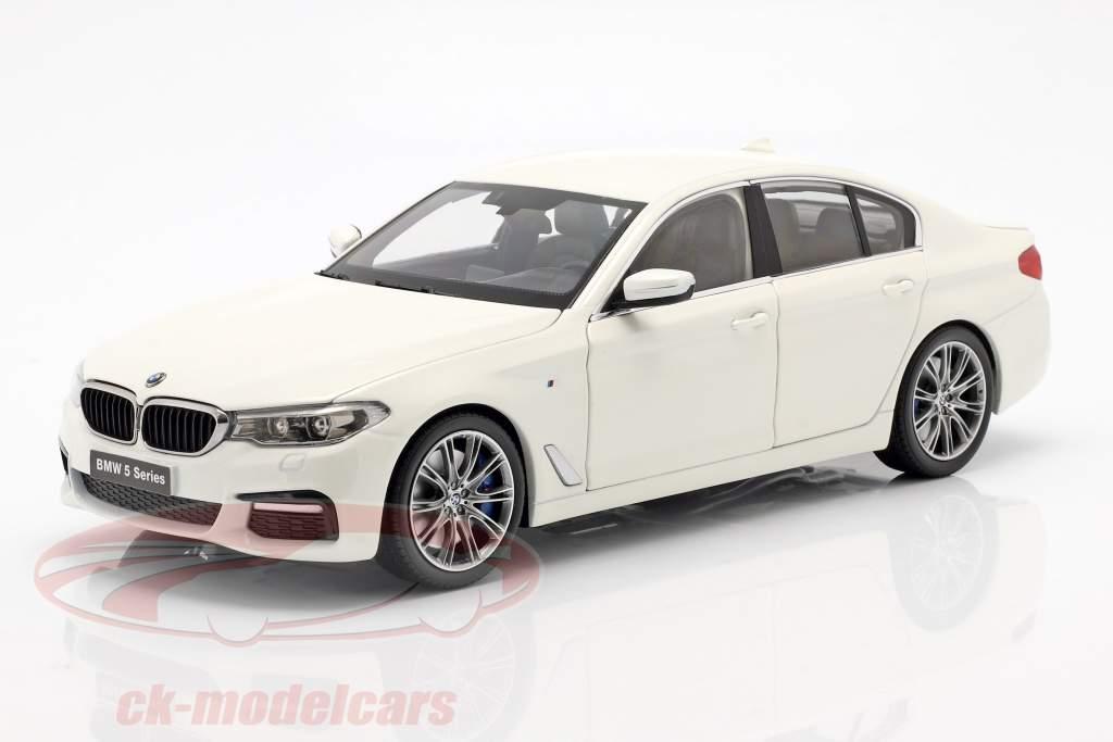 BMW 5 Series (G30) ano de construção 2017 mineral branco 1:18 Kyosho