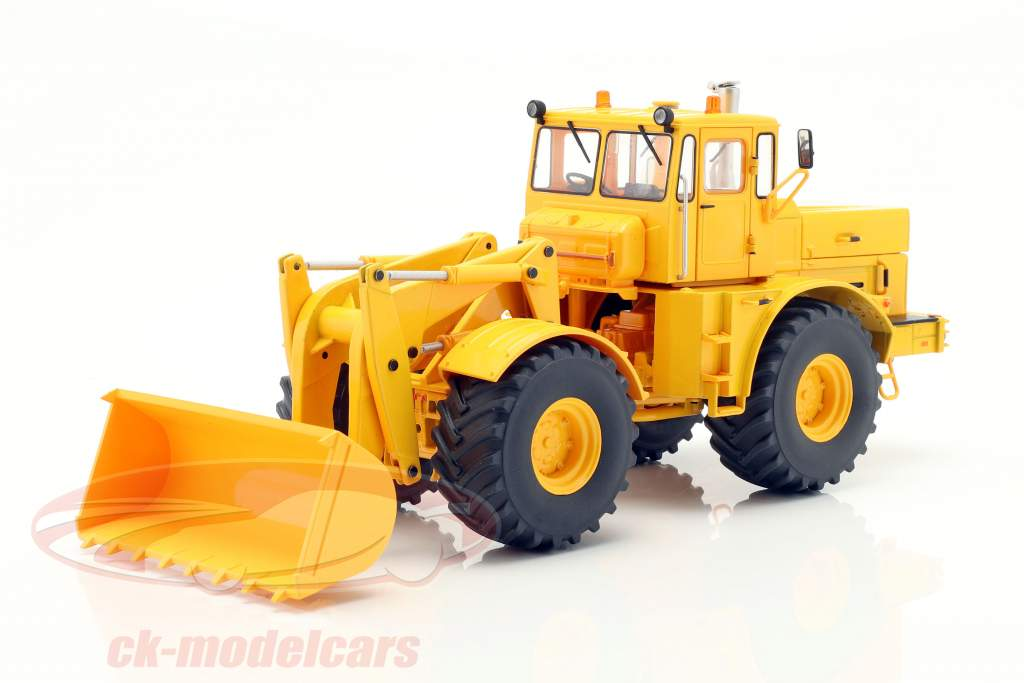 Kirovets K-700 M with front loader yellow 1:32 Schuco