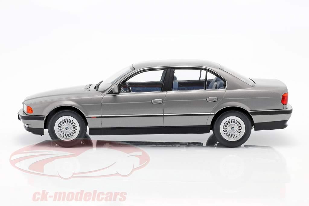 BMW 740i E38 1e serie Bouwjaar 1994 zilvergrijs metallic 1:18 KK-Scale
