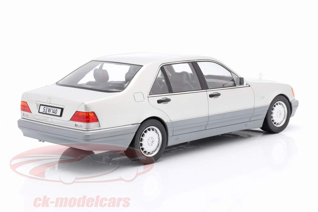 Mercedes-Benz S500 (W140) Byggeår 1994-98 strålende sølv / grå 1:18 iScale
