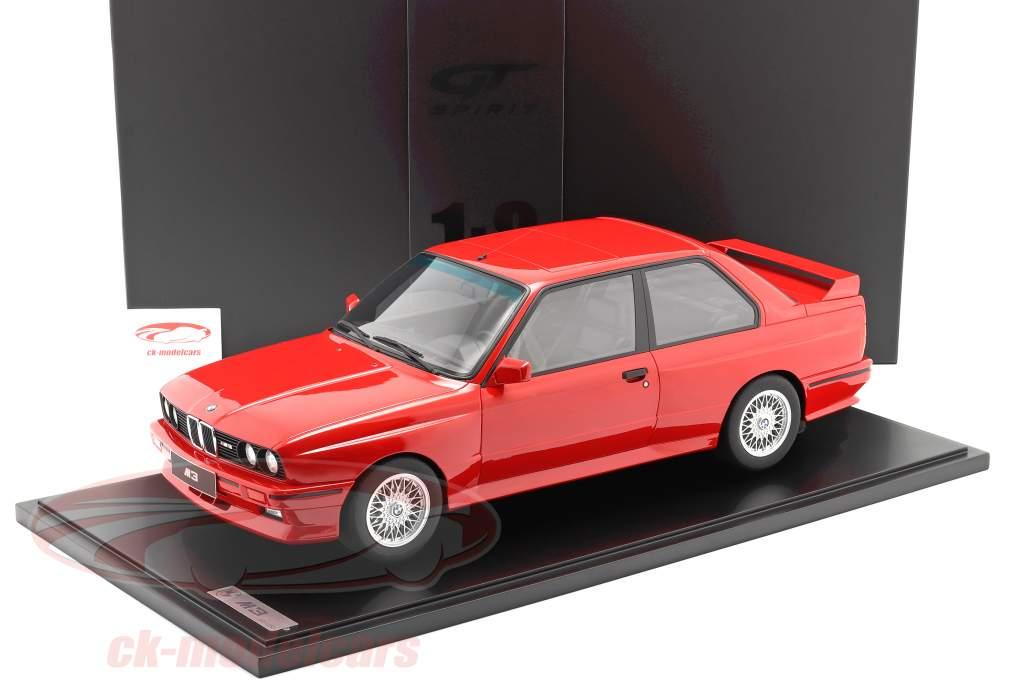 BMW M3 (E30) Año de construcción 1986 brillante rojo Con Escaparate 1:8 GT-Spirit