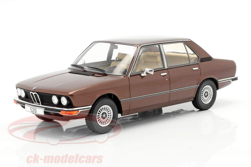 BMW 5-Series (E12) Ano de construção 1974 marrom escuro metálico 1:18 Model Car Group
