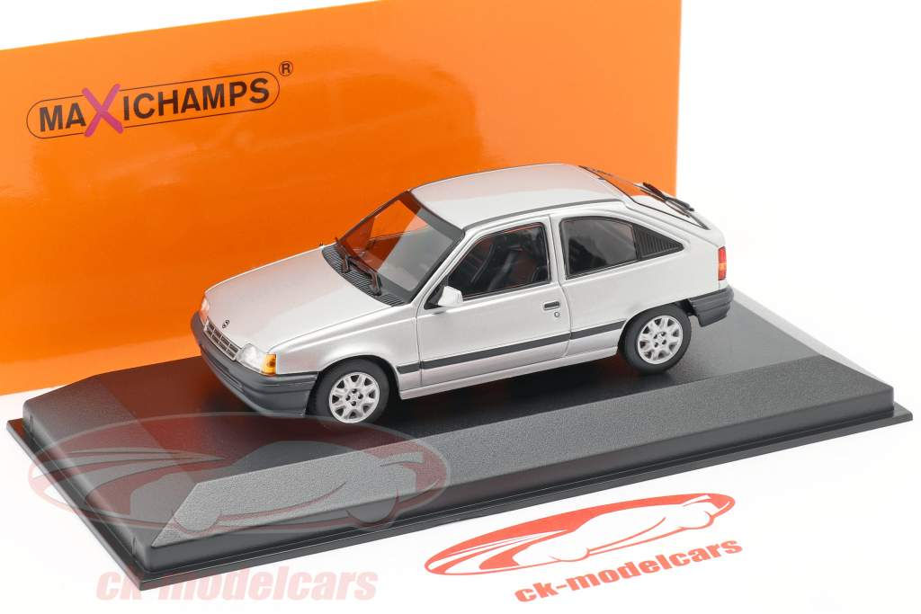 Opel Kadett E Ano de construção 1990 prata metálico 1:43 Minichamp