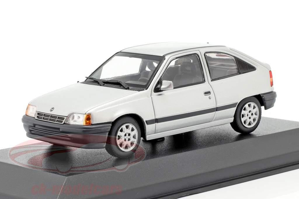 Opel Kadett E Byggeår 1990 sølv metallisk 1:43 Minichamp