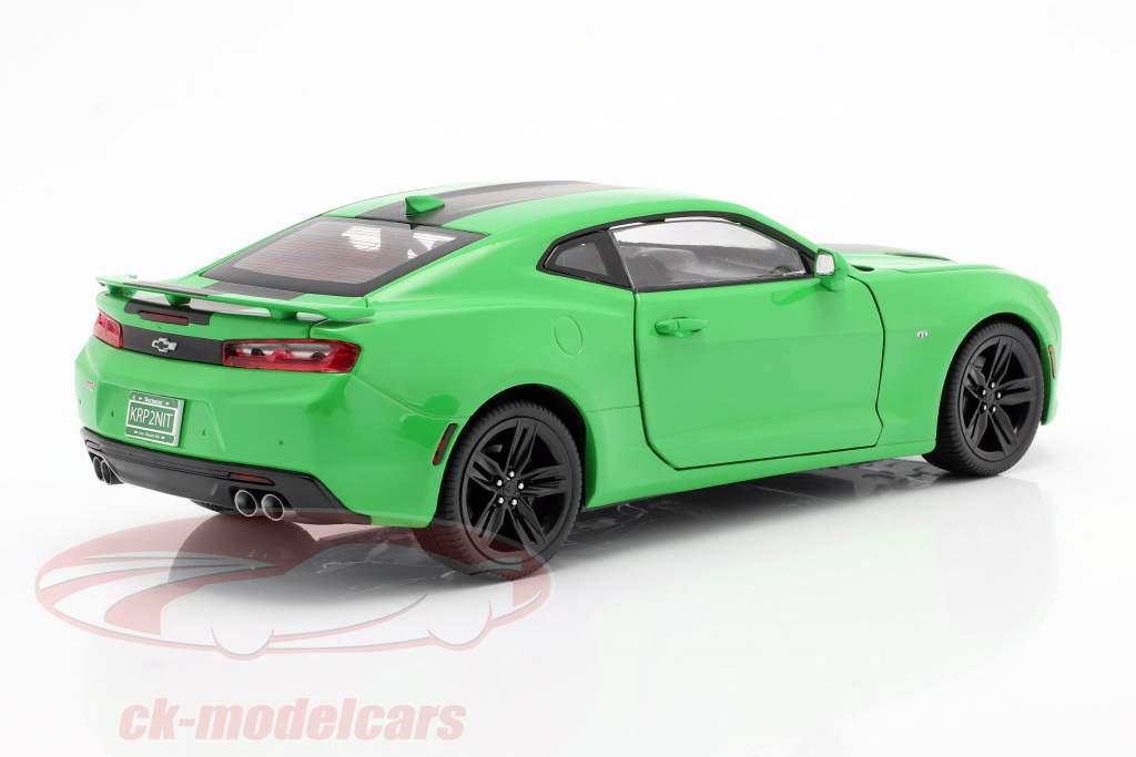 Chevrolet Camaro SS anno 2017 verde / nero 1:18 AutoWorld