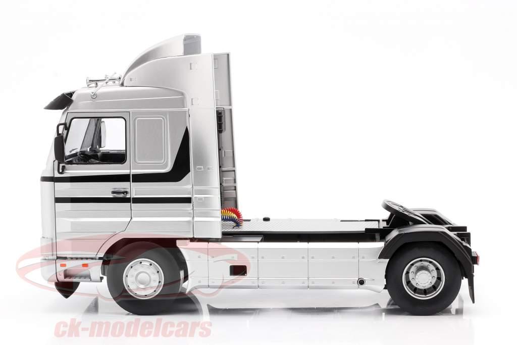Scania 143 Streamline Lastbil Byggeår 1995 sølv / sort 1:18 Road Kings