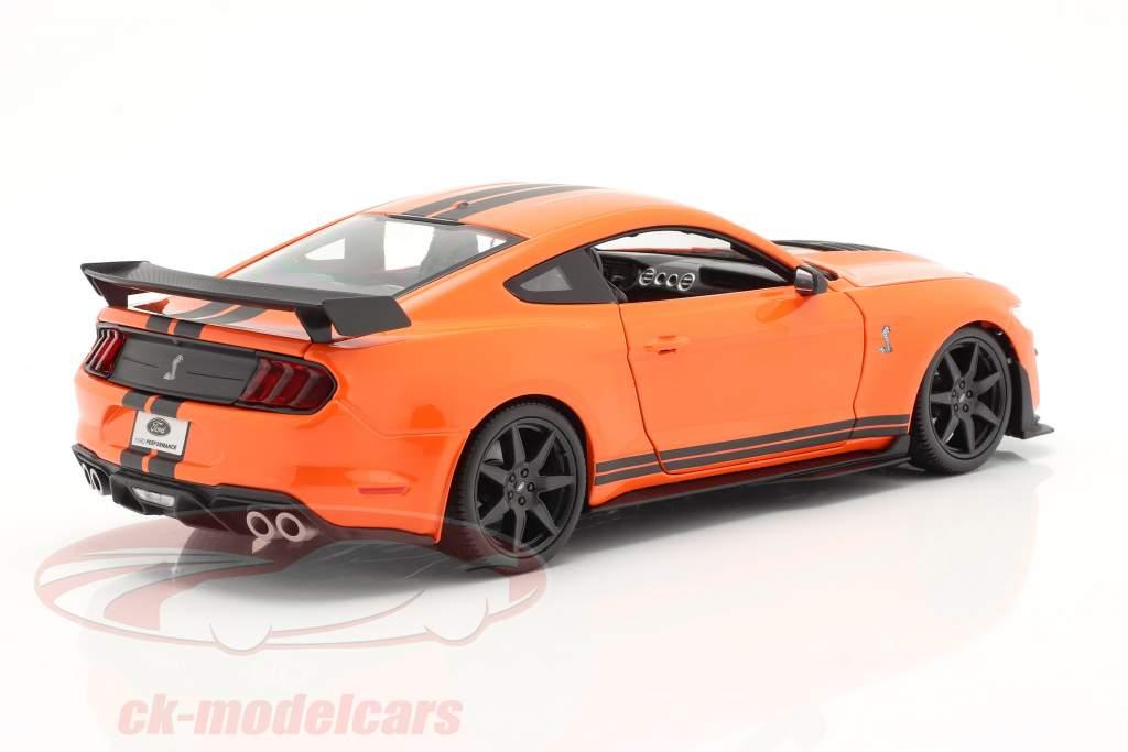 Ford Mustang Shelby GT500 anno 2020 arancia con nero strisce 1:18 Maisto