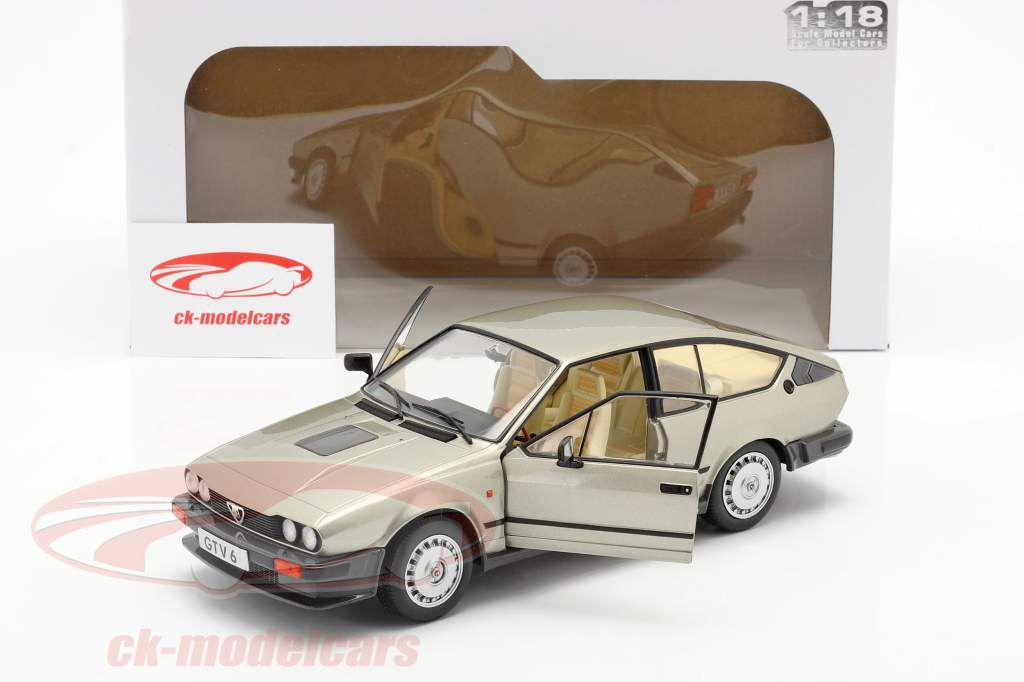 Alfa Romeo GTV6 Bouwjaar 1984 zilver beige metalen 1:18 Solido