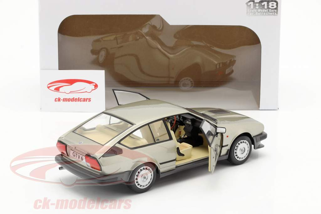 Alfa Romeo GTV6 Byggeår 1984 sølv beige metallisk 1:18 Solido