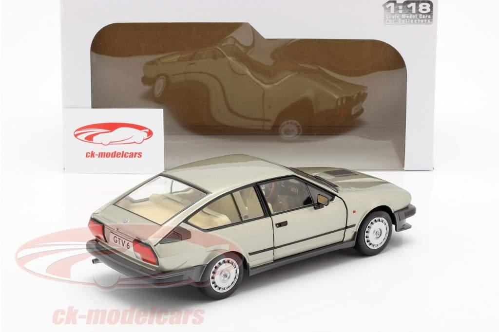 Alfa Romeo GTV6 Ano de construção 1984 prata bege metálico 1:18 Solido