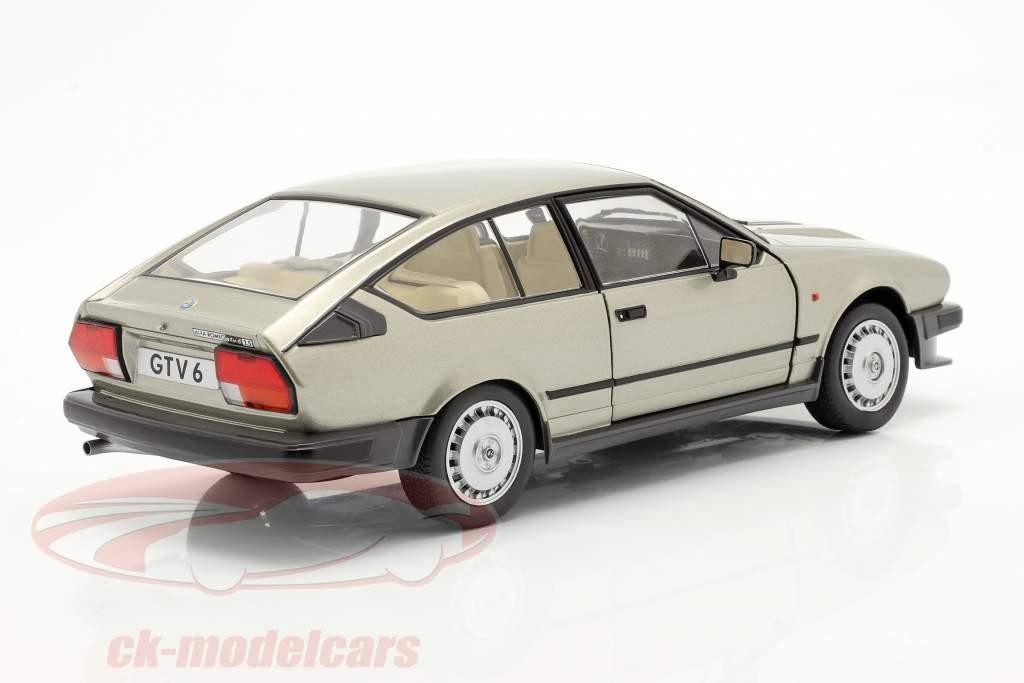 Alfa Romeo GTV6 Année de construction 1984 argent beige métallique 1:18 Solido