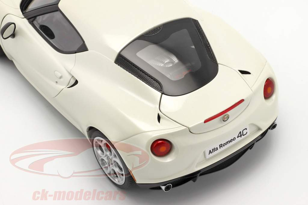 Alfa Romeo 4C Year 2013 cream white 1:18 AUTOart
