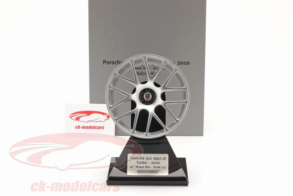 Porsche 911 (997 II) Turbo 2010 borda 19 inch prata 1:5 Minichamps