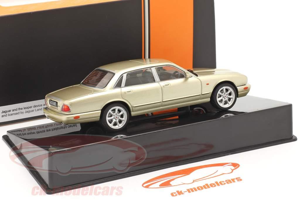 Jaguar XJ8 (X308) Anno di costruzione 1998 oro metallico 1:43 Ixo