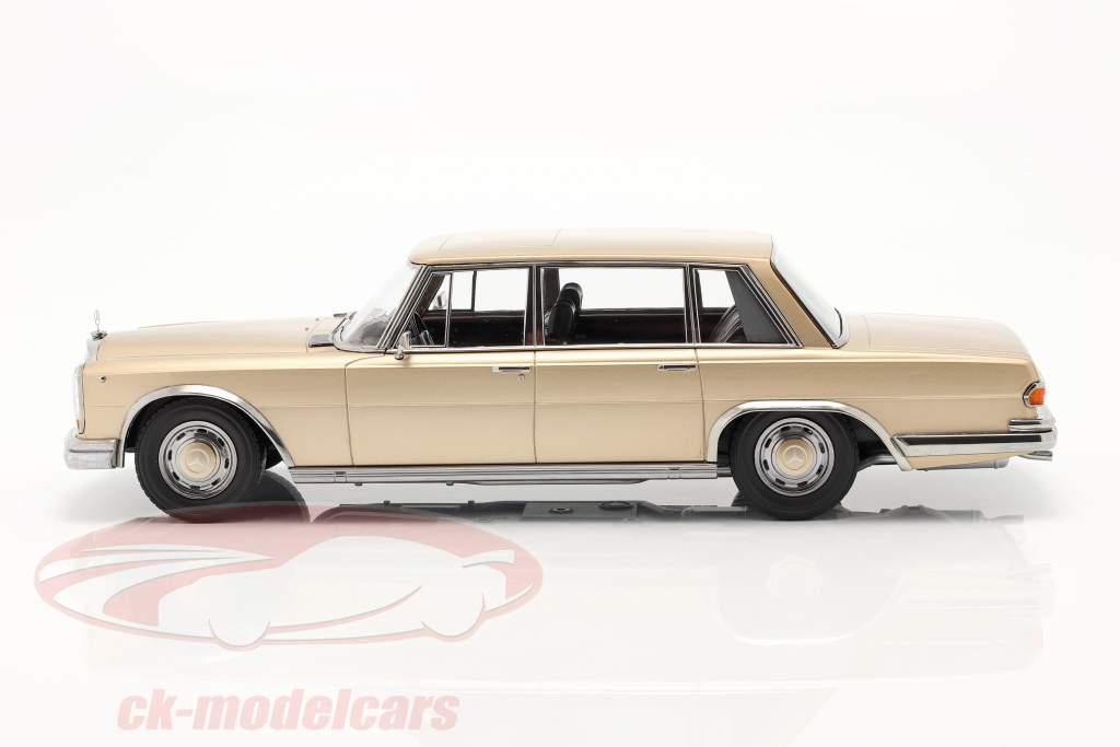 Mercedes-Benz 600 SWB (W100) Bouwjaar 1963 licht goud metalen 1:18 KK-Scale