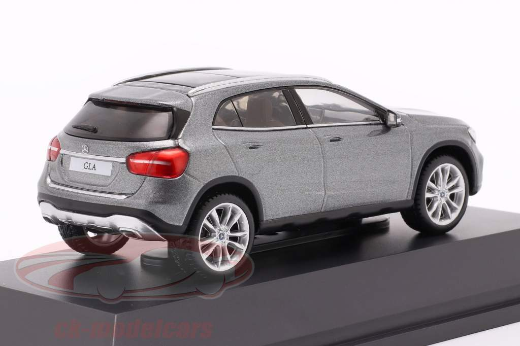 Mercedes-Benz GLA (X156) montaña gris 1:43 Spark