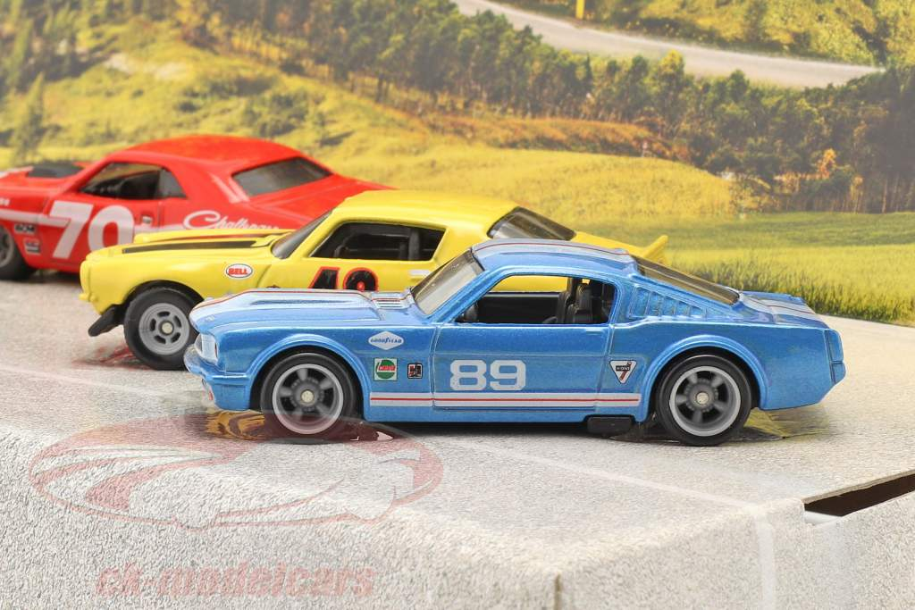 4-Car Set Going to the races: Flatbed Lastbil med 3 race biler 1:64 HotWheels