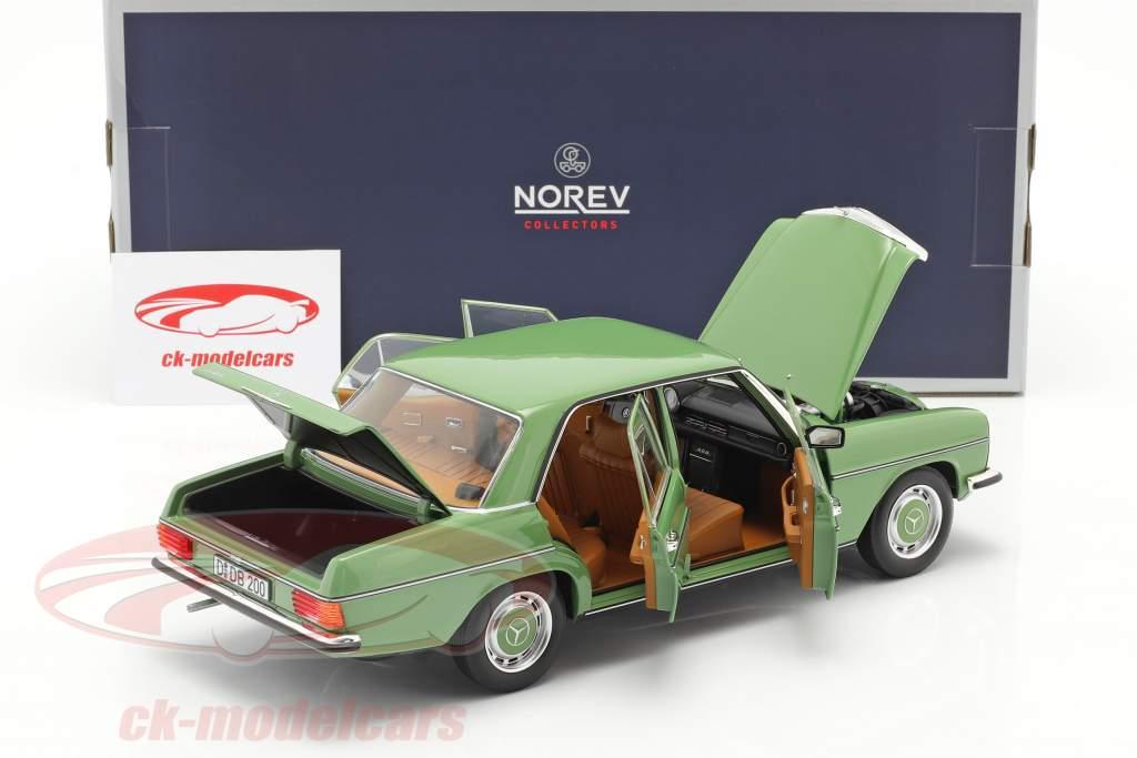 Mercedes-Benz 200 Sedan (W115) Byggeår 1973 grøn 1:18 Norev