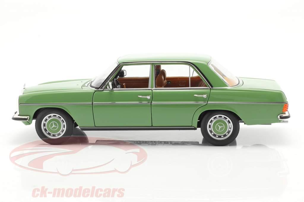 Mercedes-Benz 200 Sedan (W115) Bouwjaar 1973 groen 1:18 Norev