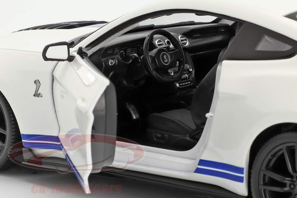 Ford Mustang Shelby GT500 year 2020 white with blue stripes 1:18 Maisto