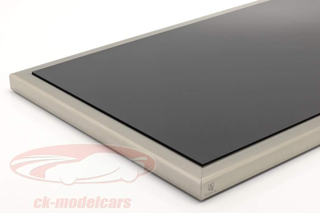 Hochwertige Acryl Vitrine Dieppe mit Acryl-/Metallbasis schwarz / silber 1:8 Atlantic