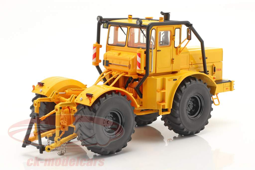 Kirovets K-700 A tractor year 1962-75 yellow 1:32 Schuco