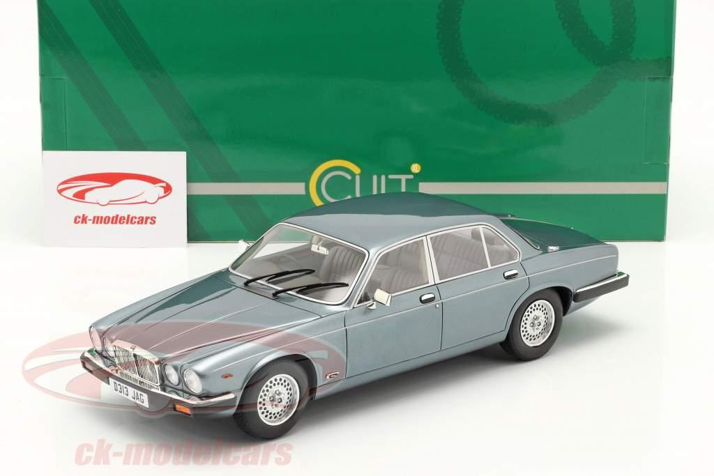 Jaguar XJ12 Sovereign SIII bouwjaar 1986 Lichtblauw metalen 1:18 Cult Scale