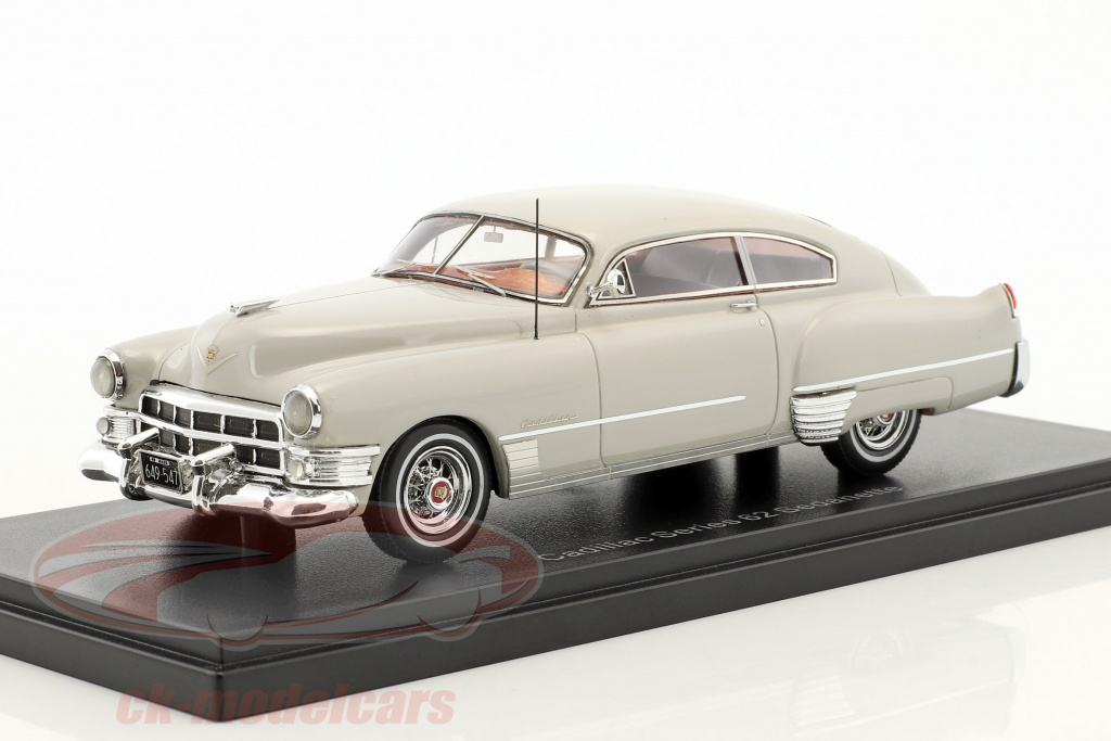 neo-1-43-cadillac-series-62-club-coupe-annee-de-construction-1949-gris-clair-neo49547/