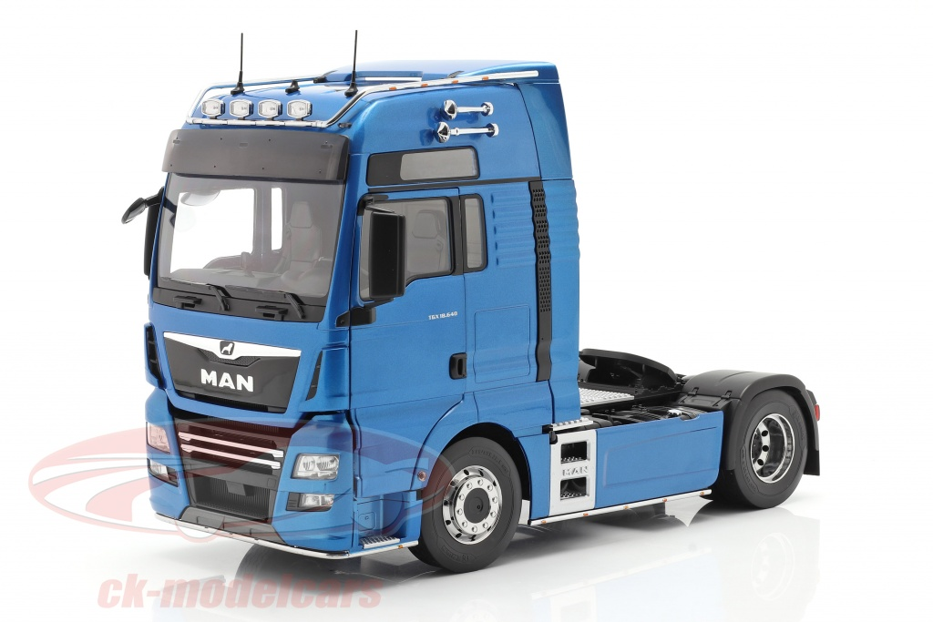 premium-classixxs-1-18-man-tgx-xxl-sattelzugmaschine-baujahr-2018-blau-metallic-pcl30200/