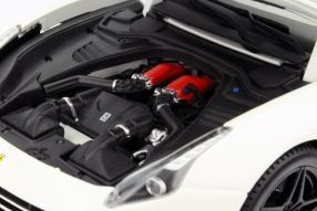 Mehr Farbe im Motorraum: Ferrari California T 2014 1:18 BBurago Signatur