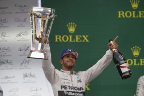Lewis Hamilton mit Siegerpokal in Austin / Texas