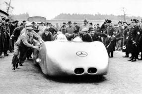 Mercedes-Benz W 125 in den Startvorbereitungen