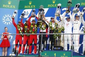 Timo Bernhard, Brendon Hartley, Mark Webber, Fritz Enzinger, Leiter LMP1, Nico Huelkenberg, Nick Tandy, Earl Bamber (l-r)