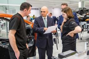 Minister Sajid Javid (Mitte) bei McLaren Automotive Ltd.