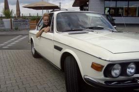 Mirjam Weichselbraun im BMW 3.0 CSI